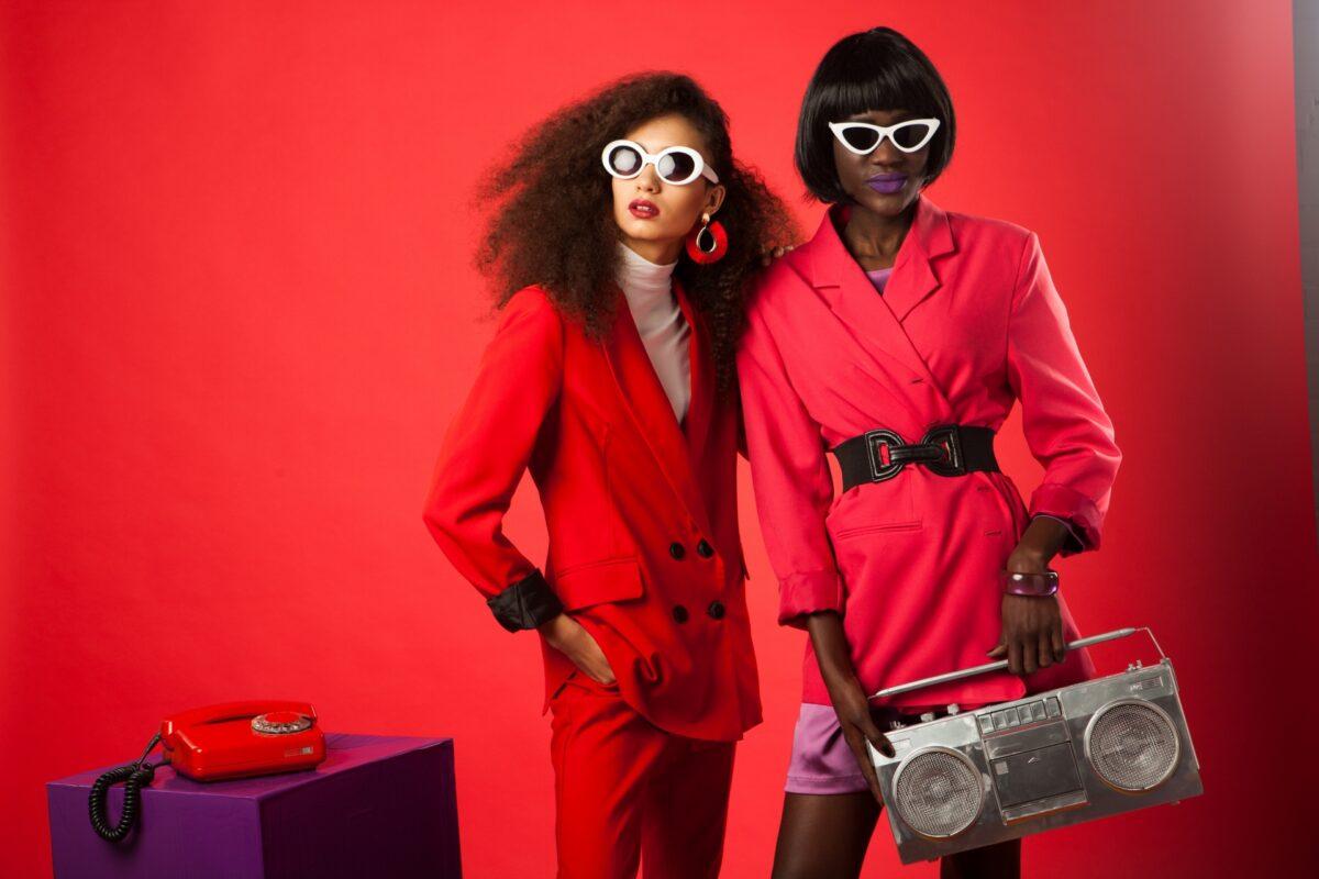 女性モデル 赤のウェア2人組